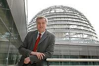 08 APR 2003, BERLIN/GERMANY:<br /> Horst Seehofer, CSU, Stellv. CDU/CSU Fraktionsvorsitzender und Bundesgesundheitsminister a.D., vor der Kuppel des Reichstagsgebaeudes, Deutscher Bundestag<br /> IMAGE: 20030408-02-004