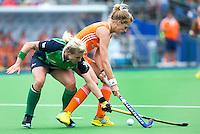 BOOM - Carlien Dirkse van den Heuvel (r) in duel met Nicola Simmons van ierland tijdens de eerste poule wedstrijd van Oranje tijdens het Europees Kampioenschap hockey   tussen de vrouwen Nederland en Ierland. ANP KOEN SUYK