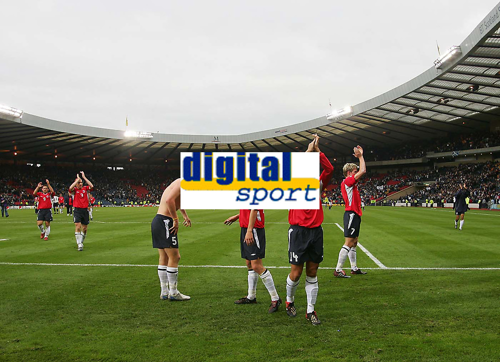 Fotball<br /> Foto: SBI/Digitalsport<br /> NORWAY ONLY<br /> <br /> Skottland v Norge<br /> 09.10.2004<br /> <br /> The Norwegian players celebrate their team's historic victory against Scotland at Hampden Park in front of their travelling fans.