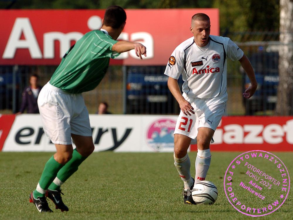 n/z.: Zbigniew Grzybowski (nr21-Amica) podczas meczu ligowego Amica Wronki (biale-biale) - Zaglebie Lubin (zielone-biale) 3:1 , I liga polska , 8 kolejka sezon 2005/2006 , pilka nozna , Polska , Wronki , 25-09-2005 , fot.: Adam Nurkiewicz / mediasport..Zbigniew Grzybowski (nr21-Amica) controls the ball during Polish league first division soccer match in Wronki. September 25, 2005 ; Amica Wronki (white-white) - Zaglebie Lubin (green-white) 3:1 ; 8 round season 2005/2006 , football , Poland , Wronki ( Photo by Adam Nurkiewicz / mediasport )