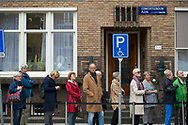 AMSTERDAM - Aan het Concertgebouw hangen twee Amsterdamse vlaggen halfstok. Op een lichtbak staat 'Zorg goed voor de stad en voor elkaar. Eberhard van der Laan 1955-2017'. Deze woorden schreef de burgemeester in zijn laatste brief aan de Amsterdammers. Van der Laan stierf op 62-jarige leeftijd aan de gevolgen van longkanker.  AMSTERDAM - Voor het Koninklijk Concertgebouw staat een rij met mensen die afscheid komen nemen van burgemeester Eberhard van der Laan. Het college liep als eerste langs de kist, die omringd is met tientallen boeketten.  copyrigh robin utrecht