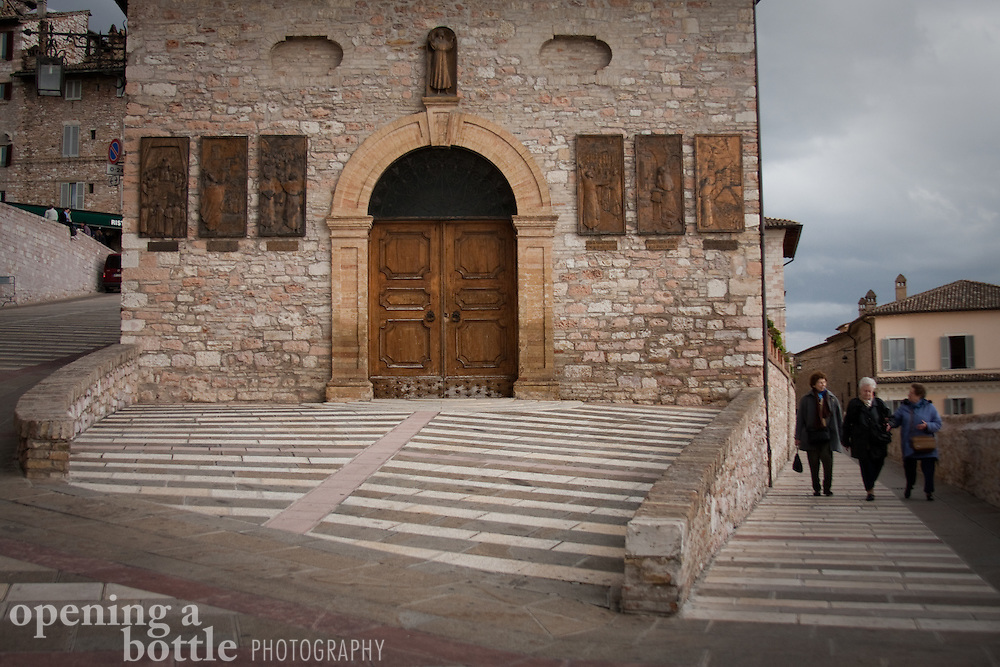 Street scene in front of Basilica di San Francisco (Church of St. Francis) in Piazza Inferiore di San Francesco, Assisi, Umbria, Italy.
