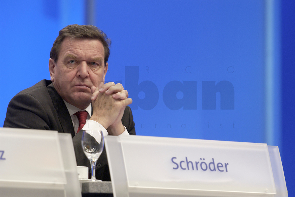 18 NOV 2003, BOCHUM/GERMANY:<br /> Gerhard Schroeder, SPD, Bundeskanzler, SPD Bundesparteitag, Ruhr-Congress-Zentrum<br /> IMAGE: 20031119-01-045<br /> KEYWORDS: Gerhard Schröder, Parteitag, party congress