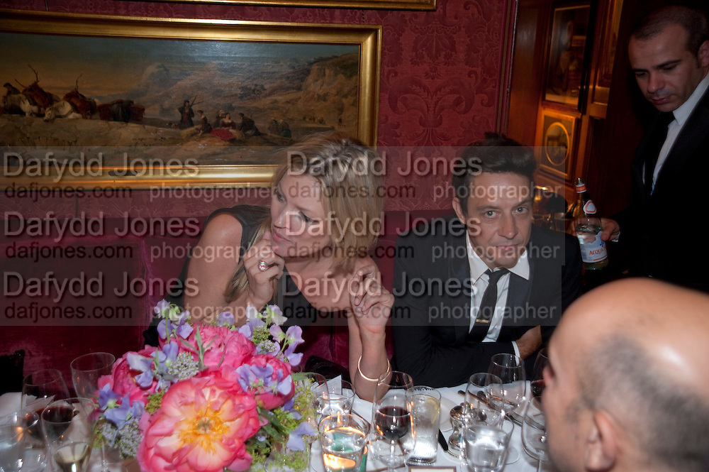 KATE MOSS; JAMIE HINCE, Dinner hosted by Elizabeth Saltzman for Mario Testino and Kate Moss. Mark's Club. London. 5 June 2010. -DO NOT ARCHIVE-© Copyright Photograph by Dafydd Jones. 248 Clapham Rd. London SW9 0PZ. Tel 0207 820 0771. www.dafjones.com.