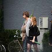 NLD/Amsterdam/20070831 - Michiel Huisman en partner Tara Elders samen met dochter Hazel buiten bellend in Amsterdam