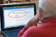 Nederland, Nijmegen, 12-2-2013Oudere man achter een laptop tijdens het inloopspreekuur voor ouderen met problemen in het bedienen van de computer. Georganiseerd door de hobbywerkplaats.Foto: Flip Franssen