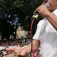Oaxaca, Oax.- Enrique Rueda Pacheco, lider magisterial de la seccion 22, muestra las balas con las que los policias dispararon a los maestros durante el operativo fallido de desalojo realizado a las primeras horas de ayer. Los mentores decidieron regresar a sus areas especificas para volver al planton indefinido. Agencia MVT / Eder Lopez. (DIGITAL)<br /> <br /> NO ARCHIVAR - NO ARCHIVE