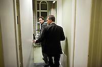 Nederland. Den Haag, 13 november 2008.<br /> Ella Vogelaar stapt op als minister van Wonen, Wijken en Integratie. Wouter Bos geeft bij de PvdA burelen in het gebouw van de Tweede Kamer een persconferentie met fractievoorzitter Mariette hamer en partijvoorzitter Lilianne Ploumen. Bos gaat met Kamerlid Jeroen Dijsselbloem de kamer van de fractievoorzitter binnen.<br /> Foto Martijn Beekman<br /> NIET VOOR PUBLIKATIE IN LANDELIJKE DAGBLADEN.