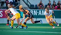 AMSTELVEEN  -  Maria Verschoor (A'dam)  met Marloes Keetels (DenBosch) en rechts Joosje Burg (DenBosch)    tijdens   de eerste finalewedstrijd van de play offs om de landstitel hockey dames , Amsterdam-Den Bosch (2-1) . COPYRIGHT  KOEN SUYK