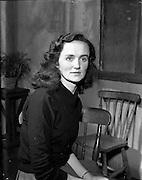 "29/04/1957<br /> 04/29/1957<br /> 29 April 1957<br /> Gael Linn- ""Muiris O hAirt"" drama at Damer Hall. Portrait of actress Maire Nic Eanarcaigh"