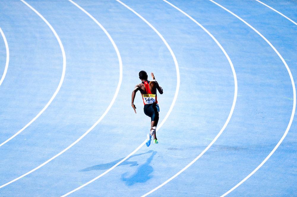 Alphas Leken de Kenya compite en solitario en la serie de clasificación del los 400 metros masculinos en el segundo día de los 14º IAAF Mundiales Junior de Atletismo en el Estadio Olímpico Lluis Companys de Barcelona, España el 11 de Julio del 2012. Alphas Leken presentño una reclamación por no haber funcionado el dispositivo de audio en sus tacos de salida. Los jueves aceptaron su reclamación y tuvo que correr al final del día solo contra el corno. Necesitando correr por debajo de 46,17 segundos para clasificarse para la final. Lo consiguió.