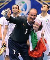 Fussball  International  FIFA  FUTSAL WM 2008   18.10.2008 Spiel um Platz 3 Russia - Italy Russland - Italien Alexandre FELLER (ITA) und Tochter Yasmin freuen sich nach dem Spiel.