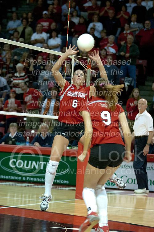 06 November 2004....Kelly Rikli sets for Emily Kabbes.....Illinois State University Redbirds V SouthWest Missouri State University Bears Volleyball.  Redbird Arena, Illinois State University, Normal IL..Illinois State Redbirds v Southwest Missouri State