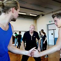 Nederland, Amsterdam , 15 november 2013.<br /> choreograaf Jeroen Lopes Cardoso (l) tijdens les in gevechs choreografie die hij doceert op de theaterschool in de Joodebreestraat.<br /> <br /> die doet hij op de theaterschool<br /> Foto:Jean-Pierre Jans