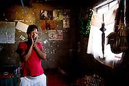Botswana, Vivian er 23 år og lever alene. Hun er smitte med hiv og får ARV medicin. Hun er ofte meget svag og har ikke mange kræfter, så hun kan kun klare ikke fysiske krævende job. Ofte har hun ikke råd til mad og må klarer sig uden, hvilket ikke er godt for behandlingen med ARV , som skal tages sammen med mad. En gang imellem får hun lidt af  hendes naboer og søster der bor i nærheden.