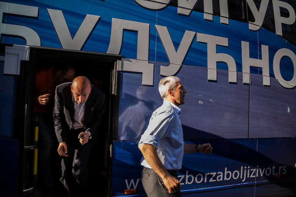 Boris Tadic getting out of his campaign bus / Boris Tadic sort de son bus de campagne