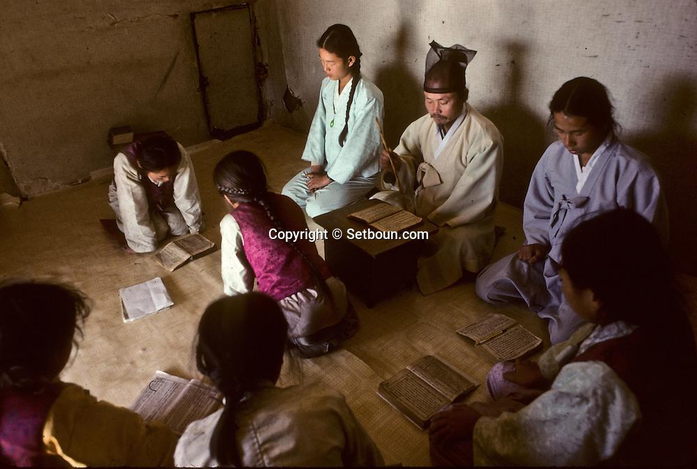 The traditional class: children learn  traditional Chinese and holy scriptures. La salle de classe. Dans ce village , les enfants n'etudient que les textes chinois //////R28/8    L2625  /  R00028  /  P0003002//////Chonhakdong village confucianiste traditionel. //////Chonhakdong traditional confucianist village .