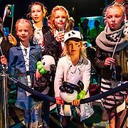 NLD/Amsterdam/20170412- Aankomst reuzenpanda's WU WEN en XING YA in Nederland, groepje panda fan's