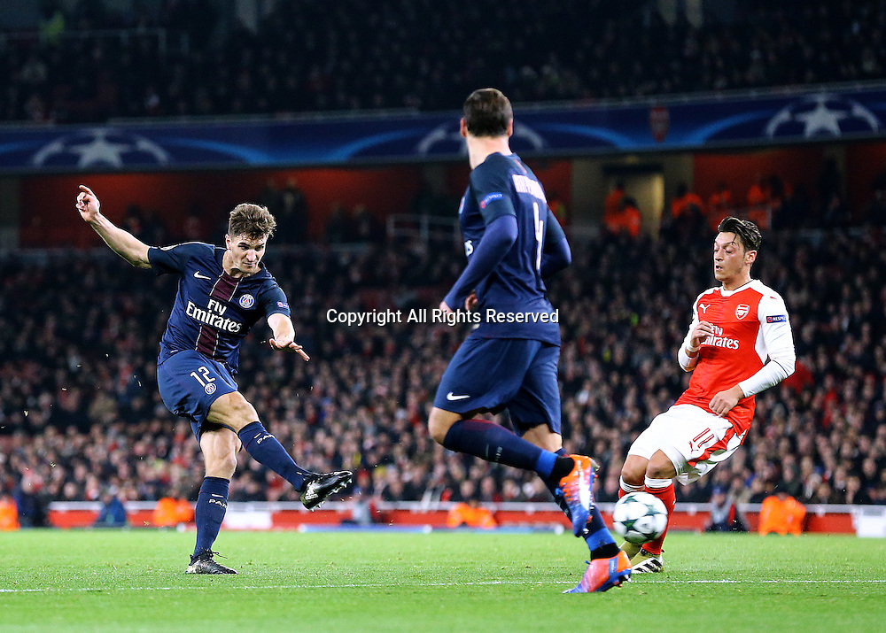23.11.2016. Emirates Stadium, London, England. UEFA Champions League Football. Arsenal versus Paris Saint Germain. Paris Saint-Germain Defender Thomas Meunier has a shot on goal as the game gets deep