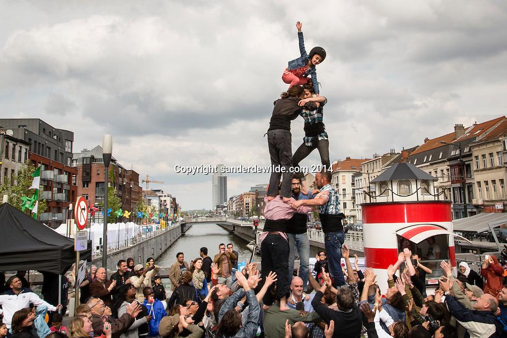 Brussels 26 april 2014. Herontdekking van de linkeroever van het kanaal inMolenbeek i.h.k.v. Molenbeek Culturele hoofdstad Wallonie-Brussel.Acrobatiek op de pont de flandre