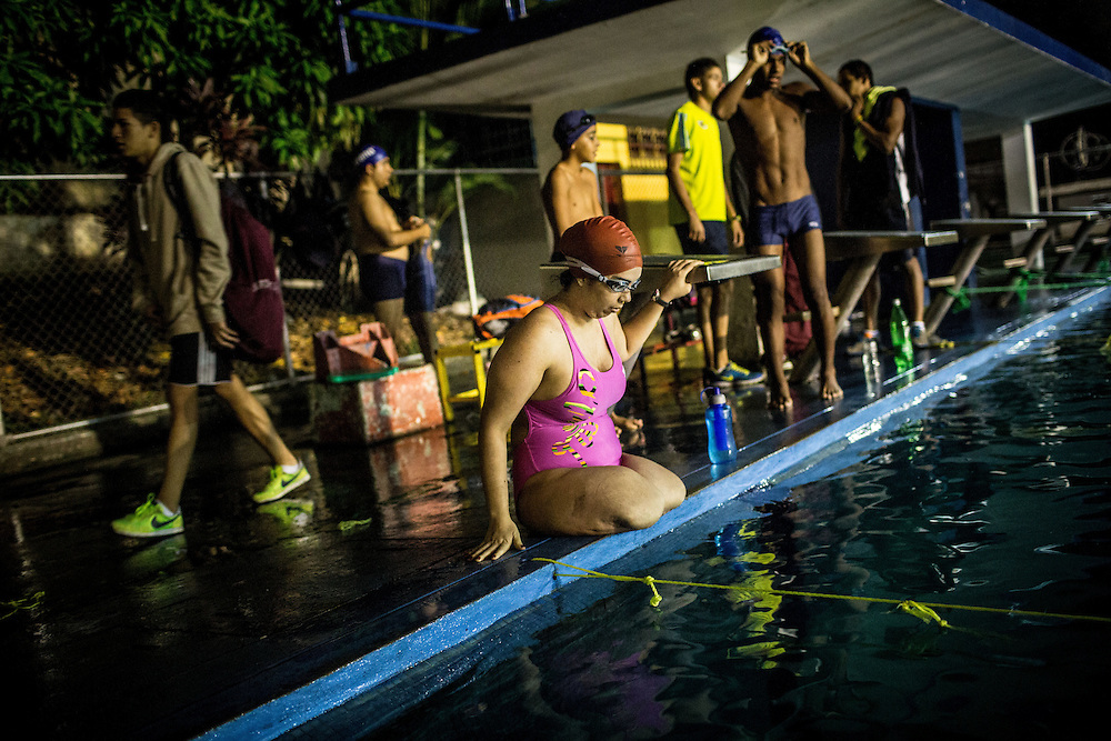 Zarevitz Camacho, una joven venezolana amputada de ambas piernas se dispone a nadar en la piscina del IND del Paraíso en Caracas. 08 de mayo de 2014. (Foto/Ivan Gonzalez)