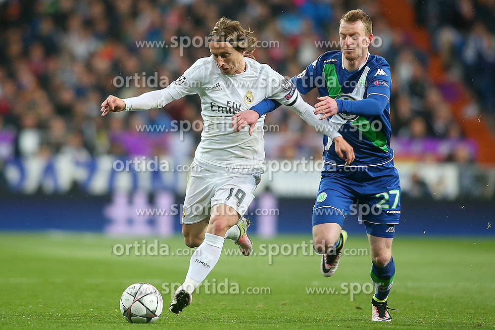 12.04.2016, Estadio Santiago Bernabeu, Madrid, ESP, UEFA CL, Real Madrid vs VfL Wolfsburg, Viertelfinale, Rueckspiel, im Bild Real Madrid's Luka Modric (l) and WfL Wolfsburg's Maximilian Arnold // during the UEFA Champions League Quaterfinal, 2nd Leg match between Real Madrid and VfL Wolfsburg at the Estadio Santiago Bernabeu in Madrid, Spain on 2016/04/12. EXPA Pictures &copy; 2016, PhotoCredit: EXPA/ Alterphotos/ Acero<br /> <br /> *****ATTENTION - OUT of ESP, SUI*****