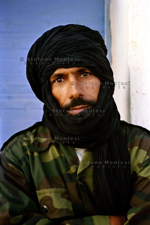Sahara Occidentale .Gennaio 2009 .Un militare saharawi nella zona di Birlehlu.Western Sahara.January 2009.A soldier saharawi in the area of Birlehlu