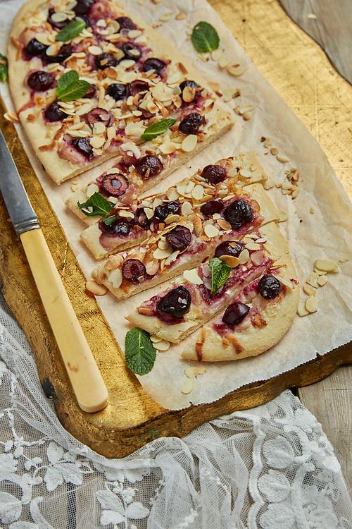 Motiv: Pizzabak<br /> Recept: Katarina Carlgren<br /> Fotograf: Thomas Carlgren<br /> Anv&auml;ndningsr&auml;tt: Publ en g&aring;ng<br /> Annan publicering kontakta fotografen
