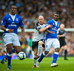 LONDON, ENGLAND - Sunday, September 13, 2009: No way through for Fulham's former Everton striker Andrew Johnson as Joseph Yobo and Sylvain Distin close him down during the Premiership match at Craven Cottage. (Photo by David Rawcliffe/Propaganda)