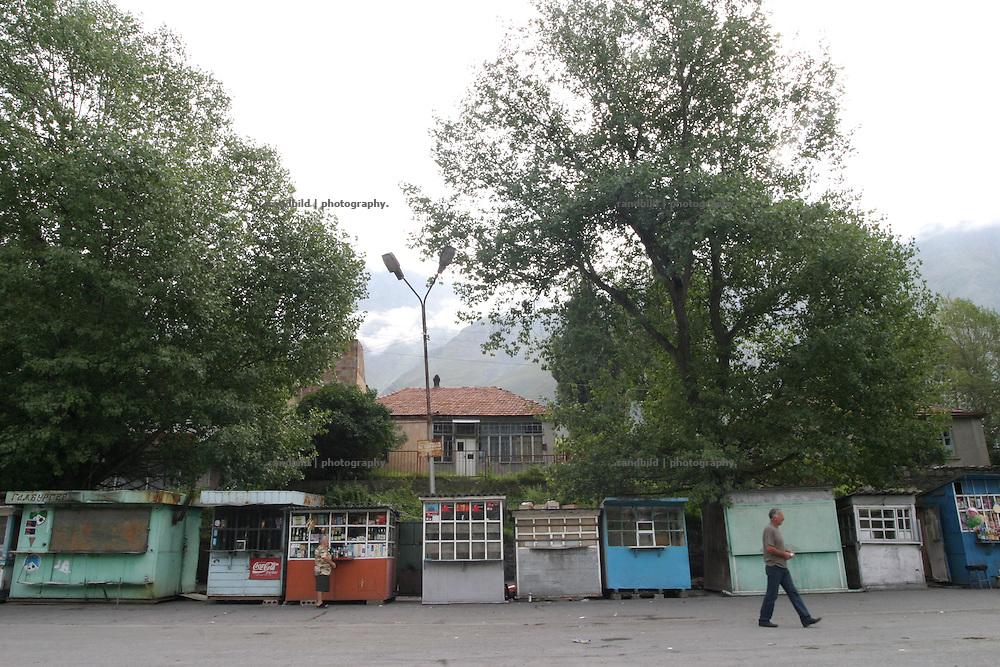 Der Marktplatz des Staedtchens Kasbegi an der Georgischen Heerstrasse am fruehen Morgen...Central Square in Kazbegi, Georgia.