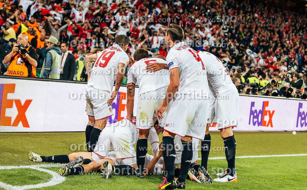 18.05.2016, St. Jakob Park, Basel, SUI, UEFA EL, FC Liverpool vs Sevilla FC, Finale, im Bild Torjubel Sevilla nach dem 1:3 // Goal Celebration Sevilla after the 1:3 Goal during the Final Match of the UEFA Europaleague between FC Liverpool and Sevilla FC at the St. Jakob Park in Basel, Switzerland on 2016/05/18. EXPA Pictures © 2016, PhotoCredit: EXPA/ JFK