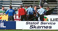 Hamkam-fans i klammeri med politiet. Kongsvinger - Hamkam 1-1. 1. divisjon 2000, 1. juni 2000. (Foto: Peter Tubaas/Fortuna Media AS)
