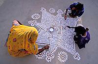 Inde. Rajasthan. Village dans les environs de Tonk. Une femme peint le sol de sa maison (Mandana) pour la fête de nouvel année. (Diwali) // India. Rajasthan. Village near Tonk. Woman painting house ground (Mandana) for new year festival (Diwali).