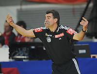 Handball EM Herren 2010 Vorrunde Deutschland - Polen 19.01.2010 Heiner Brand (Teamchef GER) gibt Anweisungen an sein Team