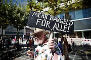 Frankfurt am Main | 27 August 2016<br /> <br /> Ein Samstag auf der Einkaufsstra&szlig;e Zeil in der Innenstadt von Frankfurt am Main, hier: Ein Teilnehmer einer Kundgebung der Initiative &quot;Pro Bargeld&quot; tr&auml;gt ein Schild mit der Aufschrift &quot;Mehr Bargeld f&uuml;r alle!&quot;.<br /> <br /> photo &copy; peter-juelich.com