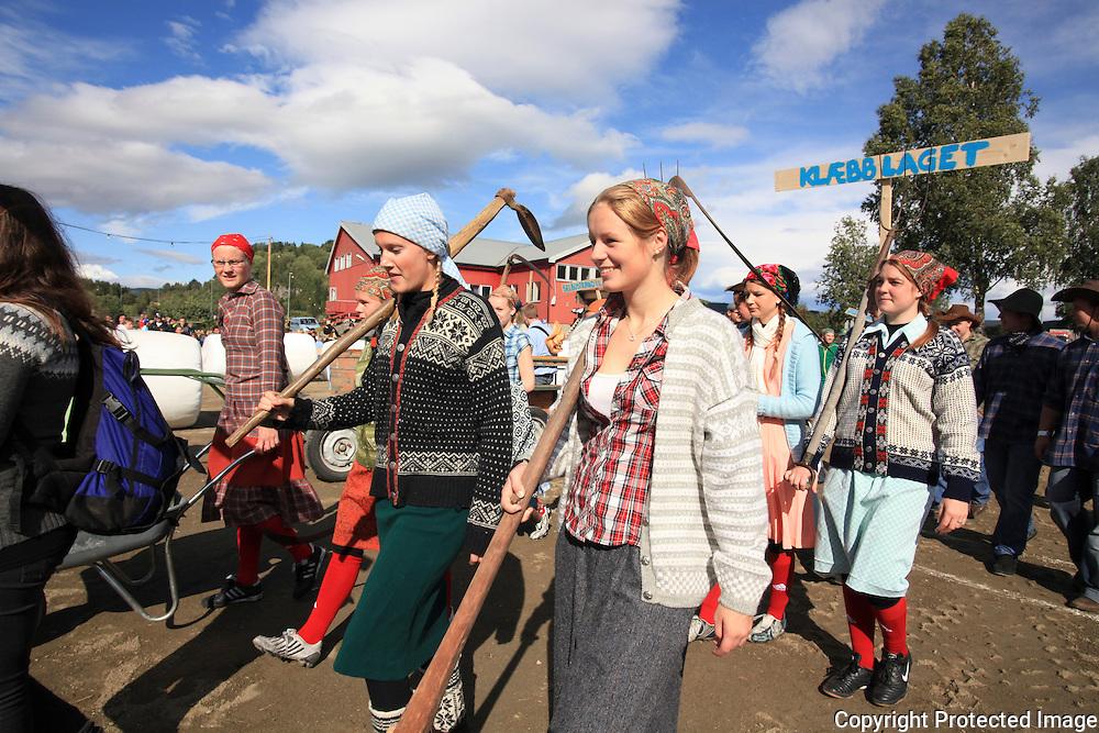 Verdens aller første VM i rundballrulling ble arrangert til inntekt for samfunnshuset Moheim i Innbygda i Selbu. Foto: Bente Haarstad