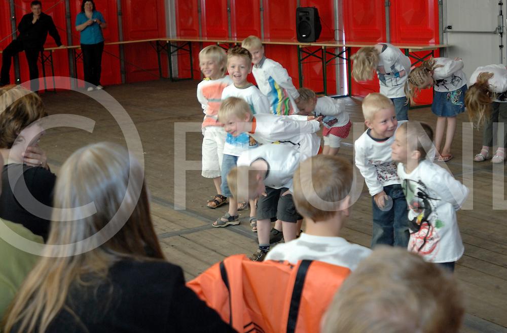 080620 vinkenbuurt ned..School de Vinkenbuurt bestaat 100 jaar. Dit werd gevierd in de feesttent die naast de school geplaatst werd met oa dansen van groep 1-4..ffu press agency©2008frank uijlenbroek....