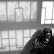 Libye, Misrata le 29-09-11 Prison de Al Wadha. Cette université de Misrata a été transformée en prison pour les partisans de Kadhafi. Plus de 700 civils et militaires y sont enfermés. Tous ont été capturés par les rebelles. Dans les couloirs, les hommes sont autorisés à circuler librement.