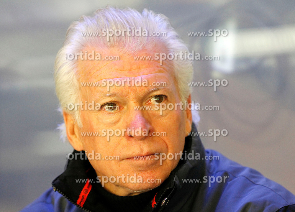 17.11.2015, Stadthalle, Villach, AUT, EBEL, EC VSV vs UPC Vienna Capitals, 21. Runde, im Bild Headcoach Greg Holst (VSV) // during the Erste Bank Icehockey League 21th round match between EC VSV vs UPC Vienna Capitals at the City Hall in Villach, Austria on 2015/11/17, EXPA Pictures © 2015, PhotoCredit: EXPA/ Oskar Hoeher