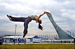 17-02-2014 ALGEMEEN: OLYMPIC GAMES: SOTSJI<br /> Support, toeschouwers publiek vermaken zich prima op het Olympisch Park. Vooral de Olympische vlam is in trek.<br /> ©2014-FotoHoogendoorn.nl