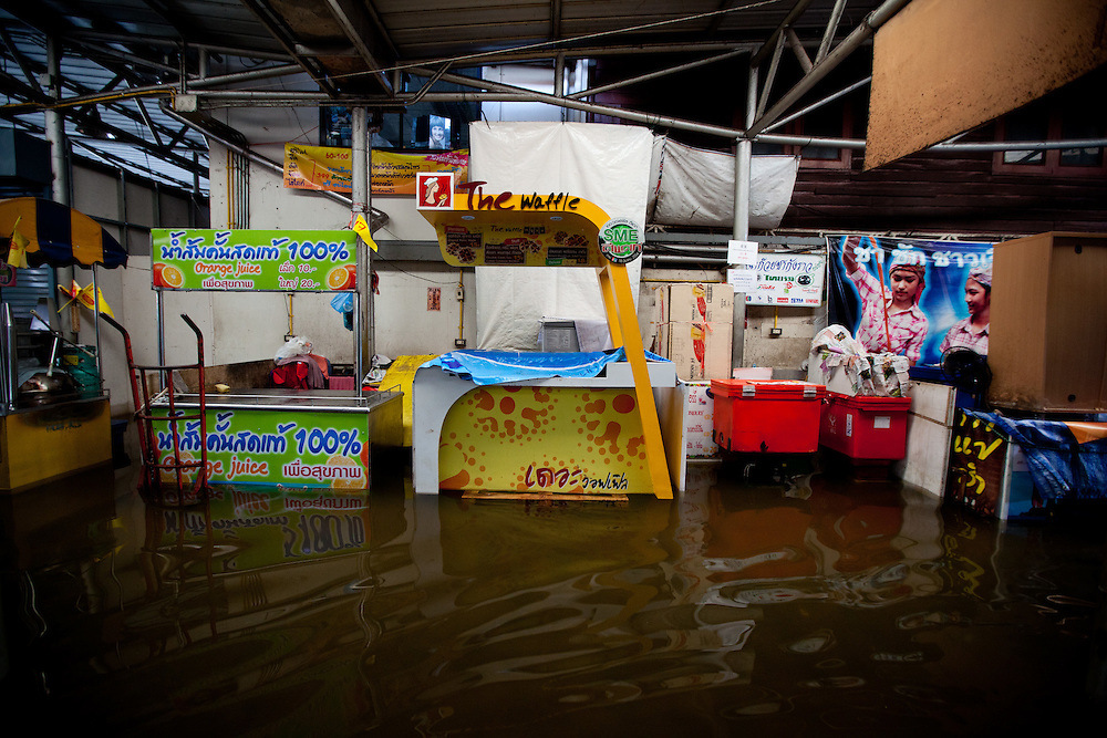 Prime Minister Yingluck Shinawatra told the crisis had now reached a critical point for Bangkok. The Chao Phraya River is already at record high level in places and many parts of the capital could be in danger by the weekend.///Stalls at Tha Chang Pier Market submerged with water.