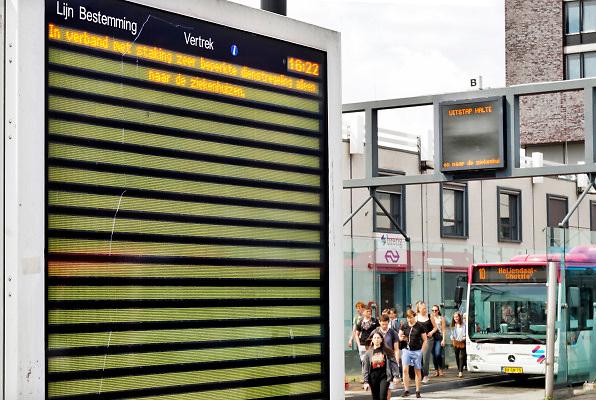 Nederland, Nijmegen, 27-6-2018 Het busstation, busterminal, bij het treinstation van de stad is leeg vanwege een landelijke staking van de streekbussen. Enkele bussen rijden naar de ziekenhuizen. Een groepje jongens speelt voetbal op de weg, uitrit  .Foto: Flip Franssen