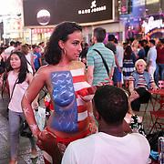 Ragazze semi-nude in Times Square, la più famosa, luminosa e caotica piazza di New York.