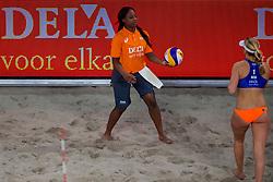 04-01-2018 NED: DELA Beach Open day 2, Den Haag<br /> Joy Stubbe #2 en Marleen van Iersel #1 hebben een zenuwslopende driesetter winnend afgesloten. Het kersverse duo won in hun allereerste wedstrijd met 2-1 (19-21, 21-14, 21-19). Ballenmeisje geeft de bal