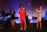 FUSSBALL  DFB POKAL FINALE  SAISON 2013/2014 Borussia Dortmund - FC Bayern Muenchen     17.05.2014 FC Bayern Bankett in der Telekom Zentrale;  Dante (Mitte) singt seiner Frau Jocelina zum Geburtstag ein Staendchen