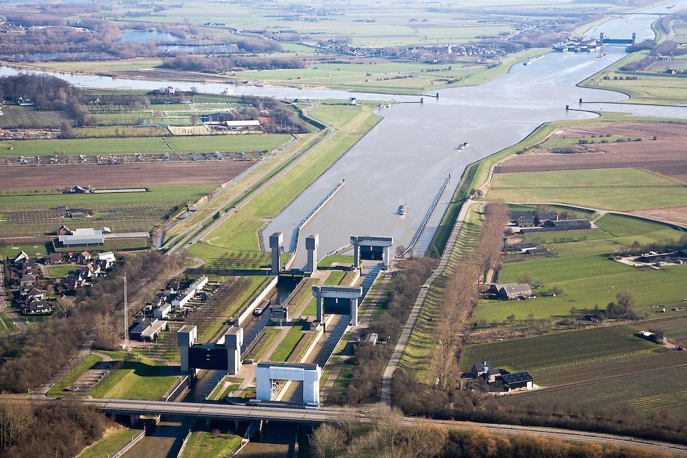 Nederland, Utrecht, Wijk bij Duurstede, 11-02-2008; Prinses Irenesluizen in het Amsterdam-Rijnkanaal; kruising met de rivier de Rijn, links de Nederrijn, naar rechts de Lek; de ronde vormen in het water zijn zwaaikommen en kunnen gebruikt worden door binnenvaartschepen om te keren; in de verte de tweede serie sluizen (Prinses Marijkesluizen); Amsterdam Rijnkanaal;..luchtfoto (toeslag); aerial photo (additional fee required); .foto Siebe Swart / photo Siebe Swart