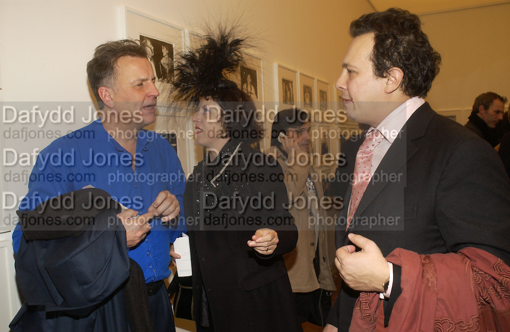 valentine Guinness, Isabella Blow and Detmar Blow. Warhol's World. Photography and Television. Hauser and Wirth. Piccadilly, London. 26  January 2006.  ONE TIME USE ONLY - DO NOT ARCHIVE  © Copyright Photograph by Dafydd Jones 66 Stockwell Park Rd. London SW9 0DA Tel 020 7733 0108 www.dafjones.com