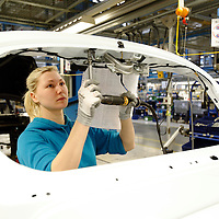 DEU , DEUTSCHLAND : Autoproduktion bei Ford in Koeln-Niehl : eine Arbeiterin arbeitet an der Karosserie des Fiesta. |DEU , GERMANY : Car production at Ford in Cologne-Niehl : a female worker is working on the  body of Ford Fiesta car|. 07.02.2012. Copyright by : Rainer UNKEL , Tel.: 0171/5457756