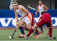 DEN BOSCH -  Tristan Agera passeert een Engelse verdediger, tijdens de wedstrijd tussen de mannen van Jong Oranje  en Jong Engeland, tijdens het Europees Kampioenschap Hockey -21. ANP KOEN SUYK