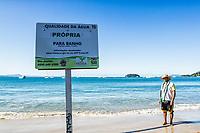 Placa indicando qualidade da água na Praia de Jurerê. Florianópolis, Santa Catarina, Brasil. / Water quality monitoring sign at Jurere Beach. Florianopolis, Santa Catarina, Brazil.